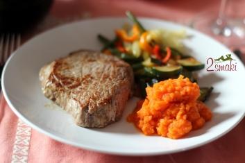 Steki z piure z marchwi i chrupiącymi warzywami 7