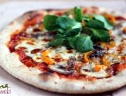 Pizza z anchois, pieczarkami, papryką i roszponką