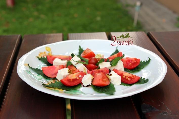 Sałatka z pokrzywą i pomidorami 0