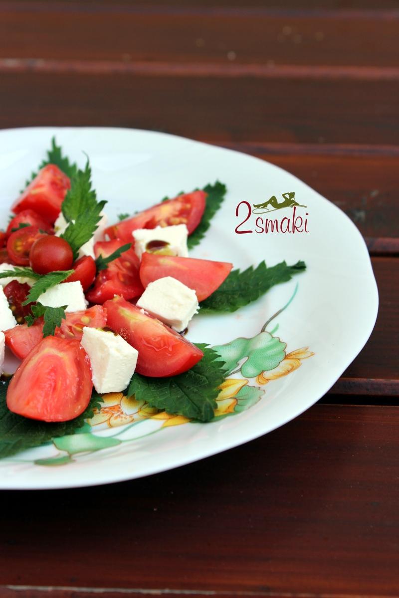 Sałatka z pokrzywą i pomidorami 00