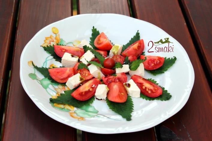 Sałatka z pokrzywą i pomidorami
