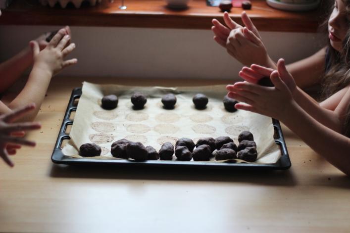 Ciastka czekoladowe z otrębami 1 - dzieci formują kulki