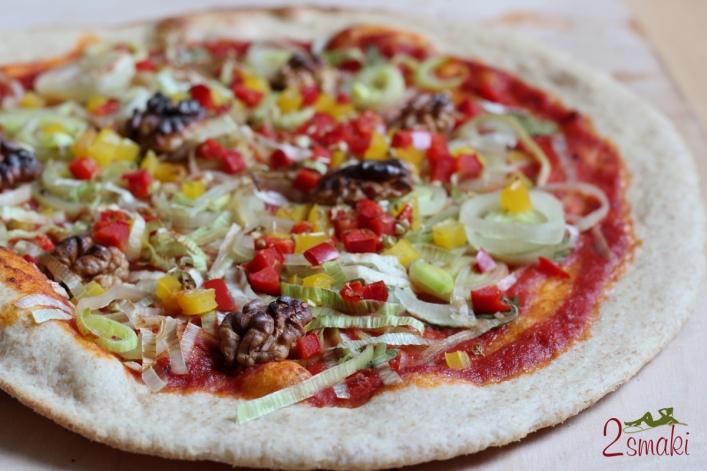 Wegańska pizza z porem, papryką i orzechami 0