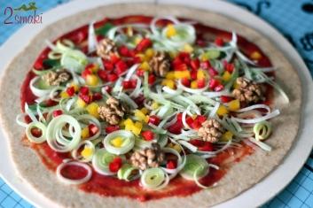 Wegańska pizza z porem, papryką i orzechami 1