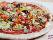 Wegańska pizza z porem, papryką i orzechami