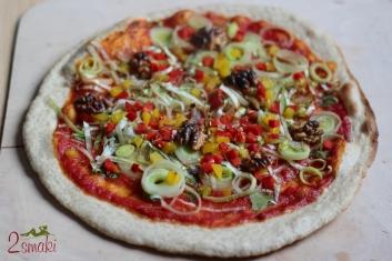 Wegańska pizza z porem, papryką i orzechami 2