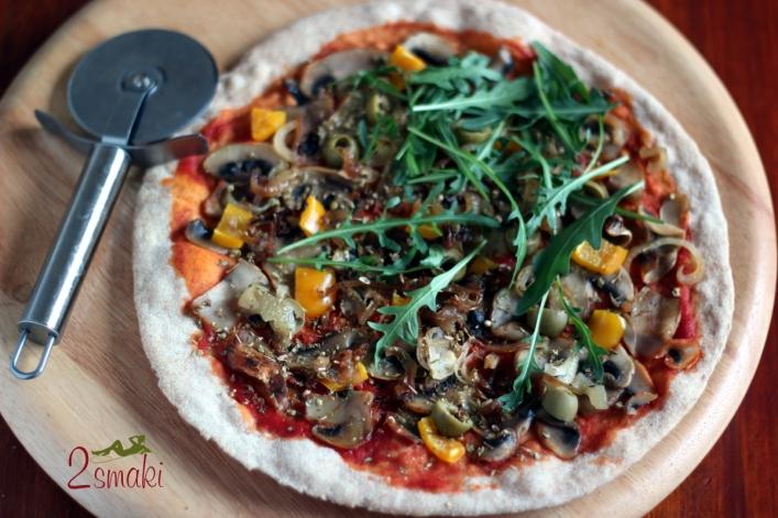 Pizza razowa z pieczarkami i cebulą