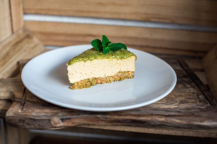 Sernik na spodzie marchewkowo-pistacjowym z polewą pistacjową