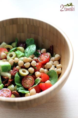 Szpinak z cieciorką, awokado i suszonymi pomidorami