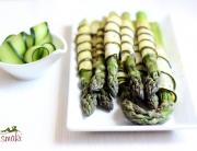 Szparagi zawijane w plastry cukinii