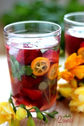 Cytrynowa lemoniada z truskawkami i bazylią