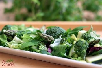 Sałata z brokułem, szparagami i malinowym sosem winegret 1