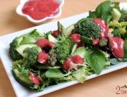 Sałata z brokułem, szparagami i malinowym sosem winegret