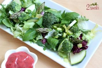 Sałata z brokułem, szparagami i malinowym sosem winegret 3