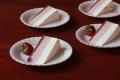 Sernik na zimno z pieczonymi truskawkami