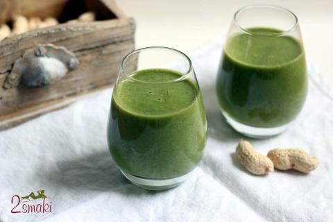 Zielony koktajl z orzeszkami ziemnymi