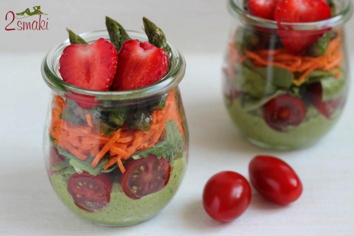 Sałatka w słoiku z pesto, truskawkami i szparagami